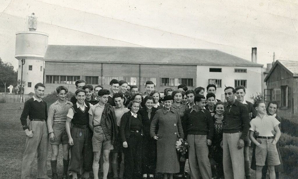 Henrietta Szold and children from a Youth Aliyah village.